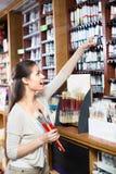 Цвет счастливой женщины ходя по магазинам различный в трубке Стоковая Фотография