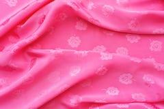 Цвет ткани сатинировки яркий розовый волны Стоковые Фотографии RF