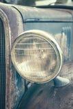 Цвет тонизировал близко вверх по изображению старого ржавого headlamp автомобиля Стоковое фото RF