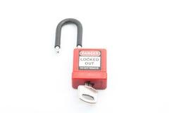 Цвет Padlock замыкания красный с ключом на изолированной предпосылке стоковые фотографии rf