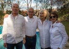 Целая семья празднуя партию стоковые фото