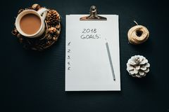 2018 целей перечисляют с карандашем, какао, конусом на черной предпосылке, к Стоковые Изображения