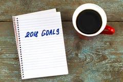 2018 целей перечисляют с тетрадью, чашкой кофе на деревянном столе К Стоковое Фото