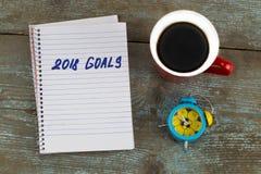2018 целей перечисляют с тетрадью, чашкой кофе на деревянном столе К Стоковая Фотография