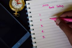 2019 целей устанавливая текст в кто-то рука стоковые фотографии rf