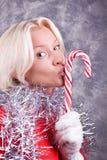 целовать детенышей женщины портрета lollipop сексуальных стоковые изображения