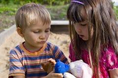 целовать игрушки Стоковые Фото