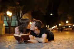 целовать кладущ дорогу ouple Стоковые Изображения