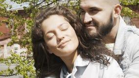 Целовать молодых пар в ярком солнечном свете видеоматериал
