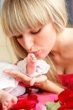 целовать ноги младенца стоковая фотография