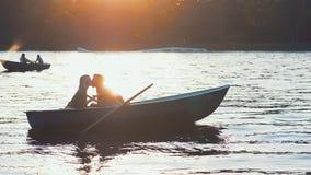 Целовать пар на заходе солнца Стоковое Фото