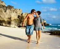 целовать пар счастливый Стоковые Фотографии RF