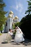 целовать руки невесты стоковая фотография rf