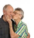 целовать старуху человека Стоковая Фотография RF