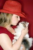 целовать удерживания кота женский Стоковые Фотографии RF