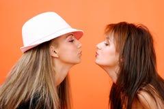 целовать 2 женщин Стоковые Изображения