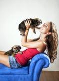 целует щенка Стоковое Изображение