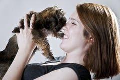 целует щенка Стоковые Фото
