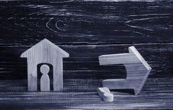 Целый и загубленный дом с людьми на темной предпосылке Концепция плохих соседей, равнодушия, стихийных бедствий и catas стоковое изображение rf