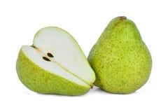 Целый и половина зеленой груши packham изолированной на белизне Стоковые Фотографии RF