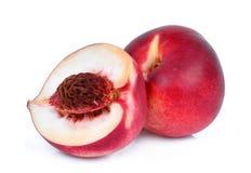 Целый и половина плодоовощ персика нектарина изолированного на whitie Стоковая Фотография RF