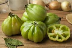 Целый и половина gGreen томаты Coeur de boeuf Стоковые Фото