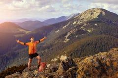 Цель жизни счастливого hiker выигрывая достигая, успех, свобода и счастье, достижение в горах Стоковые Изображения