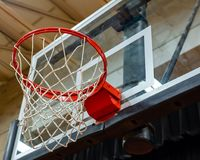 Цель и бакборт баскетбола с сериями handprints на ем Стоковое Изображение RF