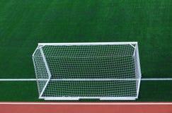Цель футбола на зеленом футбольном поле от задней стороны стоковое изображение