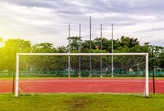Цель футбола с, красный идущий след в стадионе, идущий след Стоковое Изображение