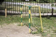 Цель футбола ` s детей в дворе стоковые изображения