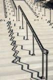 Цементируйте лестницы и стальной рельс с сильной тенью Стоковые Изображения RF