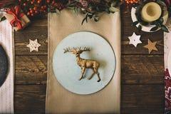 Цементируйте плиты сделанные вручную, комплект таблицы рождества, украшенный с Стоковые Фото