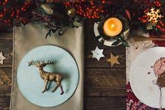 Цементируйте плиты сделанные вручную, комплект таблицы рождества, украшенный с Стоковая Фотография