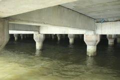 Цементируйте поляка моста, волну ударьте поляка моста Стоковые Изображения