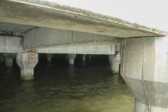 Цементируйте поляка моста, волну ударьте поляка моста Стоковые Изображения RF