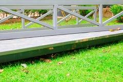 Цементируйте штендер в яме и тонколистовой стали в месте строительства на траве стоковые изображения rf
