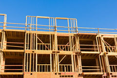 цемент блока предпосылки голубой заволакивает ферменная конструкция неба крыши дома конструкции новая деревянная Стоковое Изображение RF