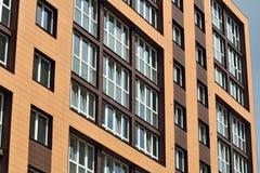 цемент блока предпосылки голубой заволакивает ферменная конструкция неба крыши дома конструкции новая деревянная Стоковые Фото