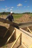 Цемент или бетон работника строительной конструкции лить с трубкой насоса стоковое фото rf