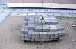 Цемент кроет кирпичи черепицей на деревянной палитре Стоковые Фотографии RF