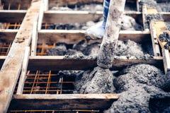 цемент работника лить на лестницах, создающ тротуары и лестницы на новой строительной площадке Стоковая Фотография RF