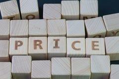 Цена, значение покупки и вещи надувательства, концепция спроса и предложение блоком куба деревянным с алфавитом строя цену слова  стоковая фотография