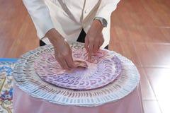 Цена или приданое ` s обручального кольца и невесты в тайской свадебной церемонии Селективный фокус и малая глубина поля стоковое фото