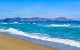 Цена моря с волнами и песком, Критом, Грецией стоковая фотография