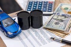 Цена на нефть, ручка, голубые наличные деньги автомобиля игрушки стоковые фотографии rf