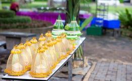 Цена невесты установило в делюкс плиту в тайской свадебной церемонии стоковые изображения