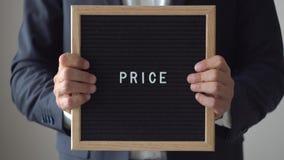 Цена слова от писем на доске текста в анонимных руках бизнесмена видеоматериал