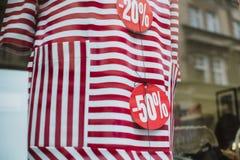Цена со скидкой на красном платье Вне окна с re города стоковая фотография