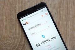 Цена cryptocurrency BitCNY на bravenewcoin вебсайт com показанный на современном смартфоне стоковые фотографии rf
